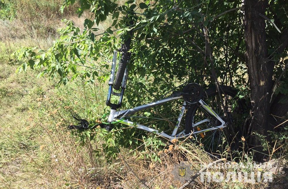 На Донеччині авто збило дітей на велосипеді. Один хлопчик загинув, інший у лікарні