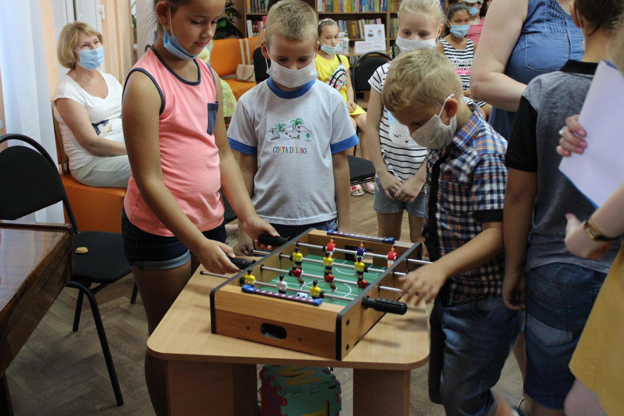 настільний футбол бахмутська дитяча бібліотека діти бавляться
