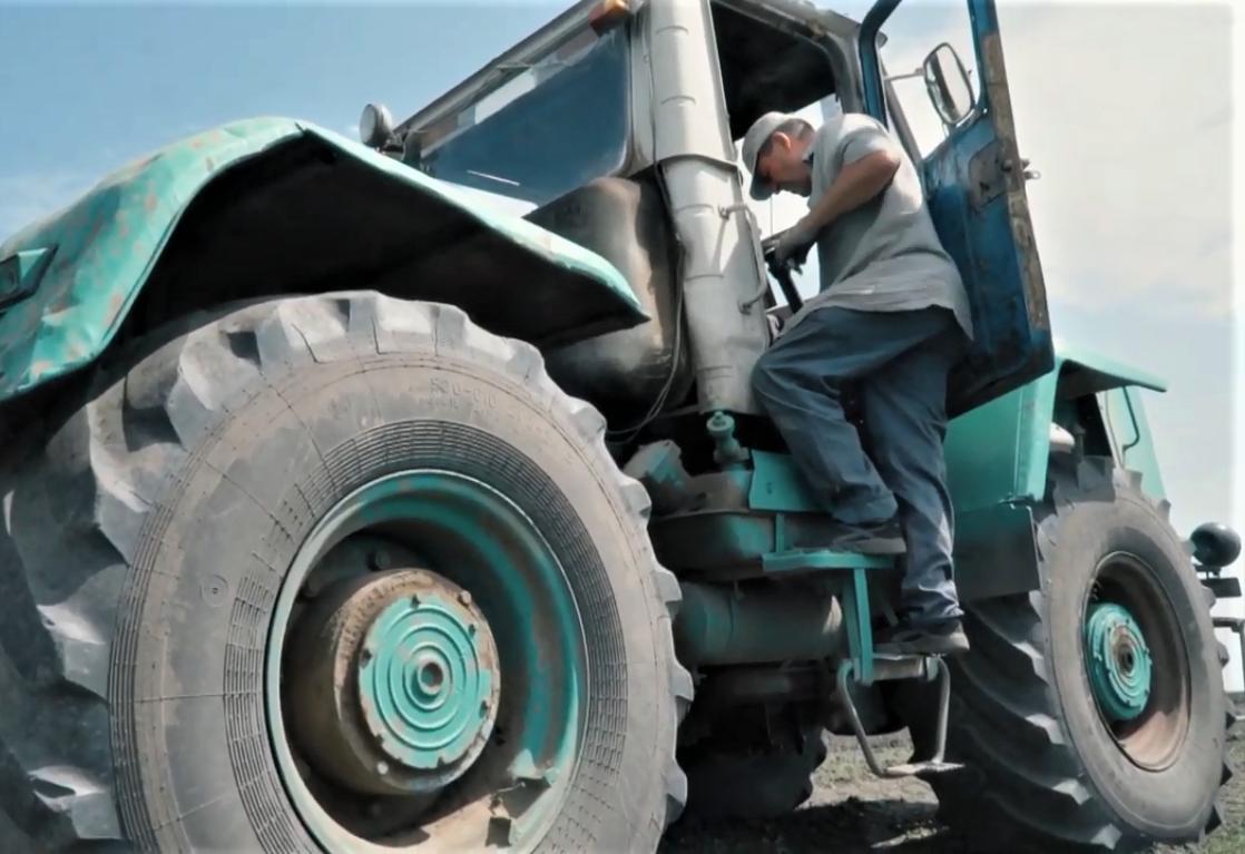 Олександр Небера з протезом на тракторі