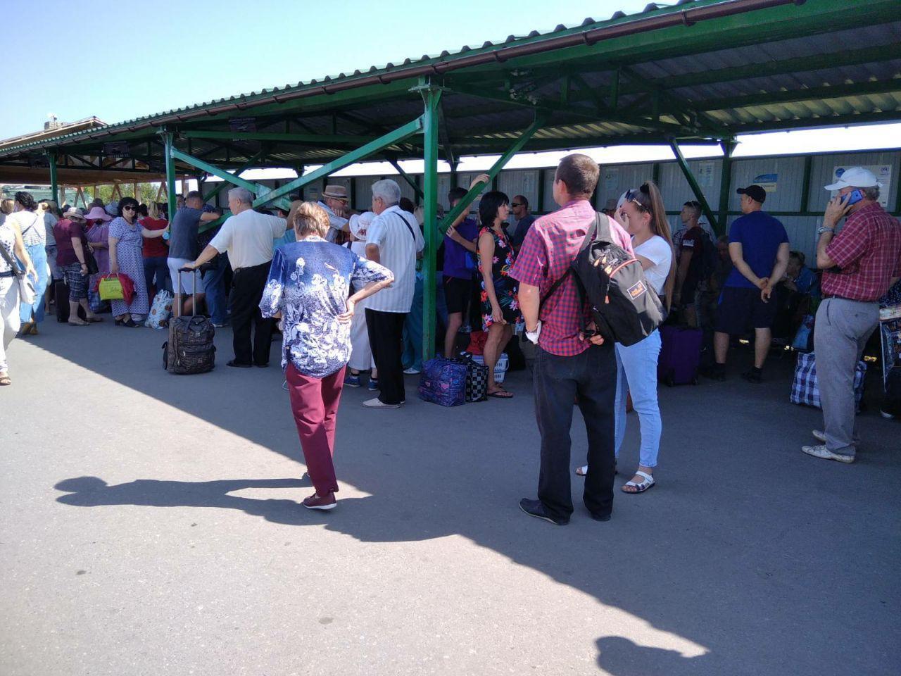 """Через збій у """"Дій вдома"""" близько 500 людей понад 4 години чекали пропуску з """"сірої"""" зони"""