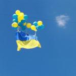 Бахмутські активісти запустили на кульках прапор України в бік окупованих територій (Фото, відео)
