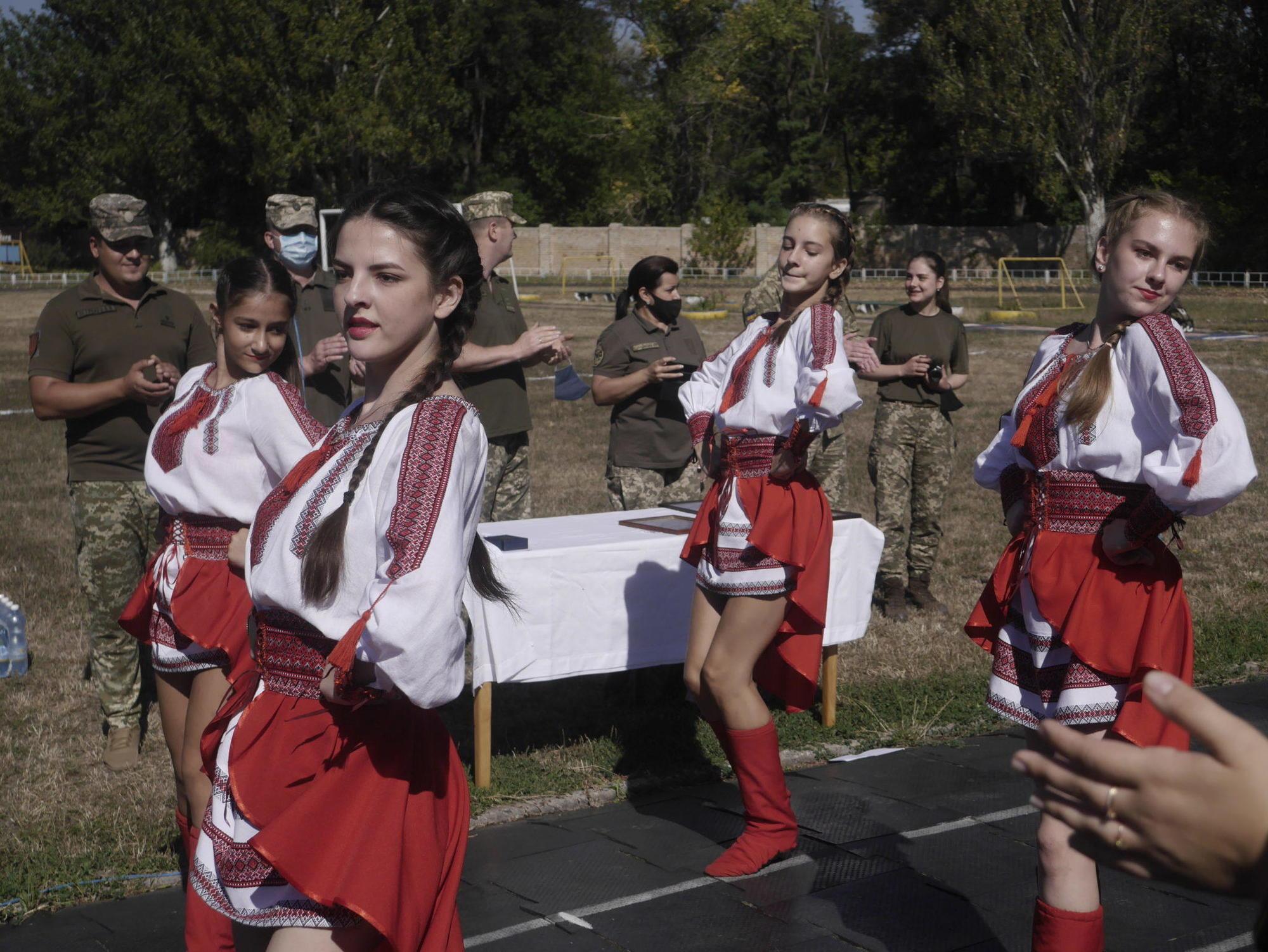 дівчата танцюють Часів-Яр