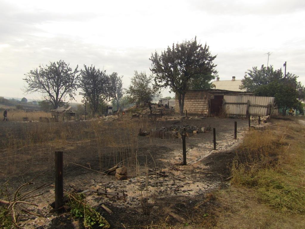 сгоревший огород забор последствия пожара Гладосово Донбасс