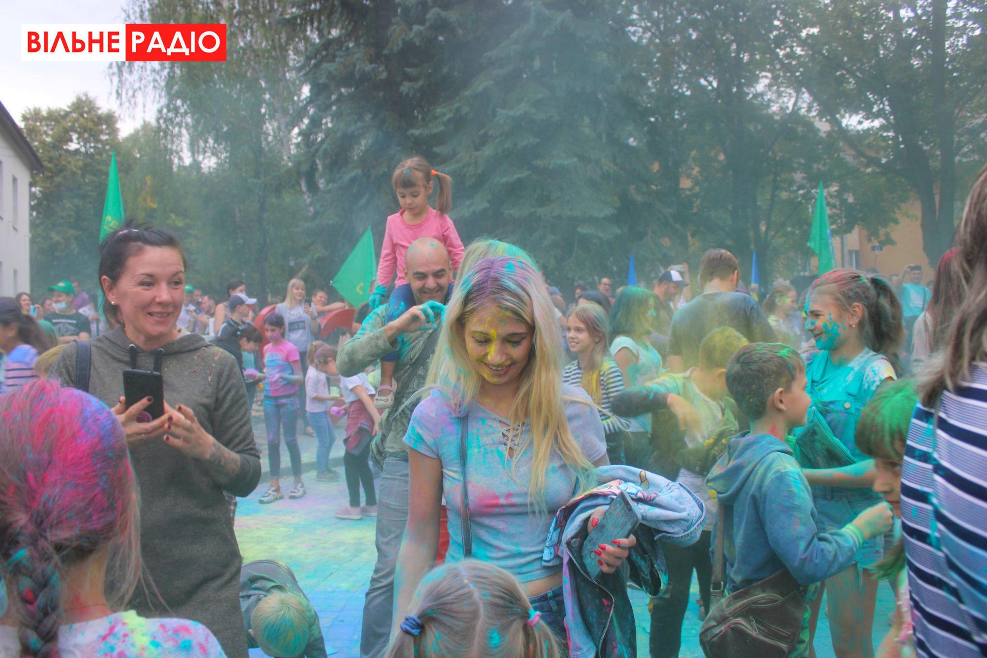 """Слуга народа"" в Бахмуте агитировали фестивалем красок"