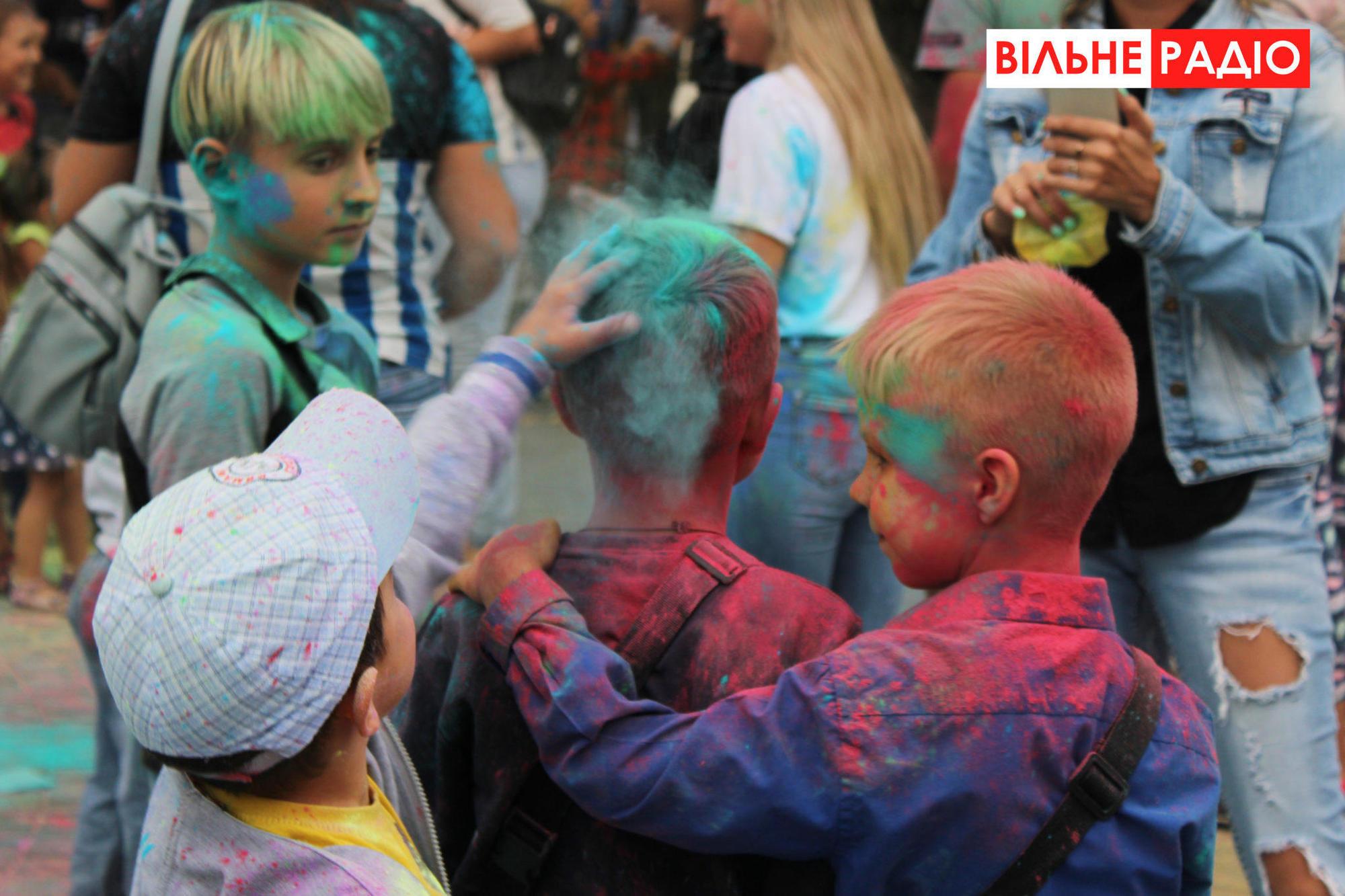 """""""Слуга народу"""" в Бахмуті агітували фестивалем фарб"""