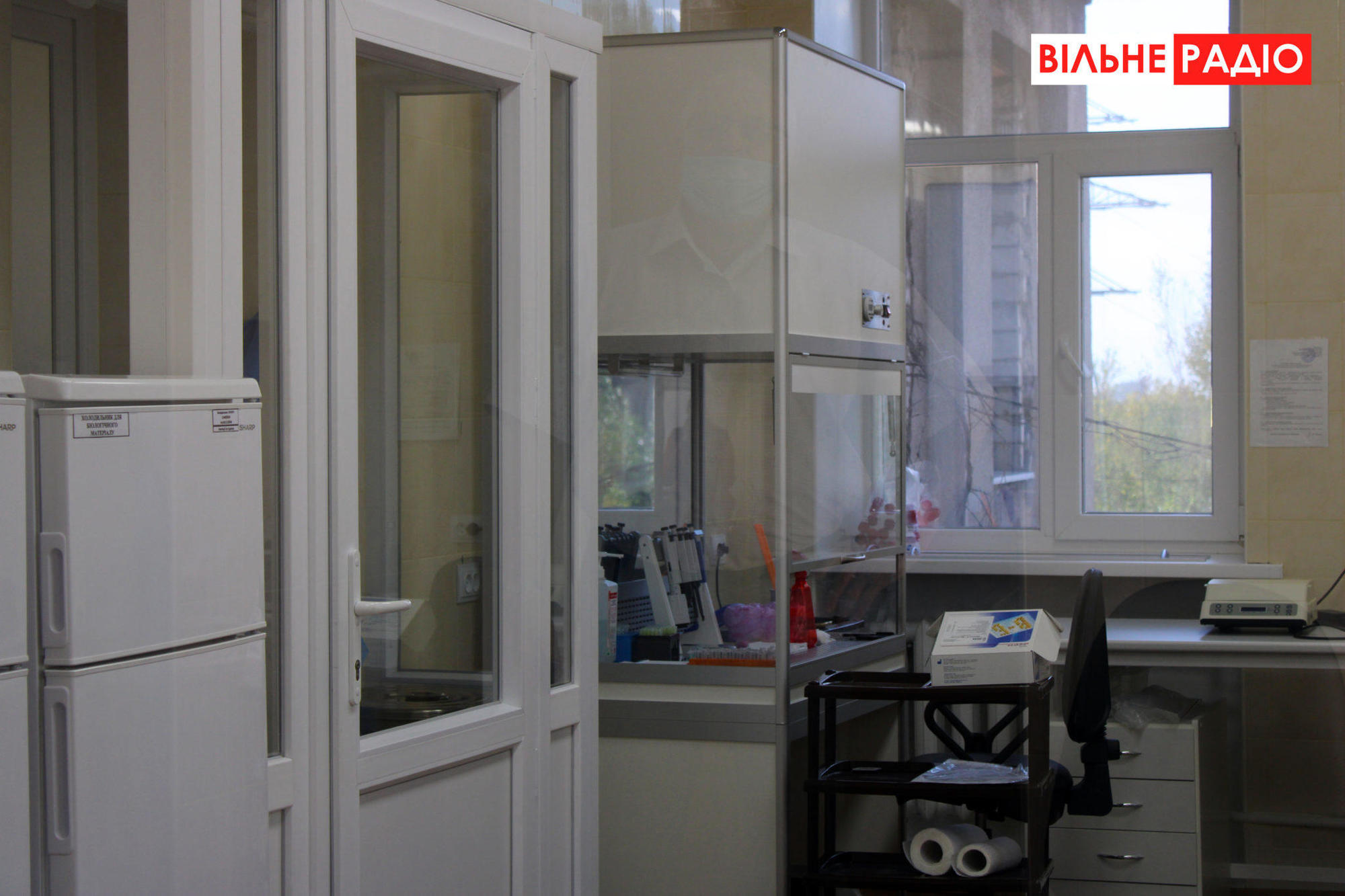 Еще учатся: В новой ПЦР-лаборатории Торецка проверяют по 20 человек в день (ФОТО)