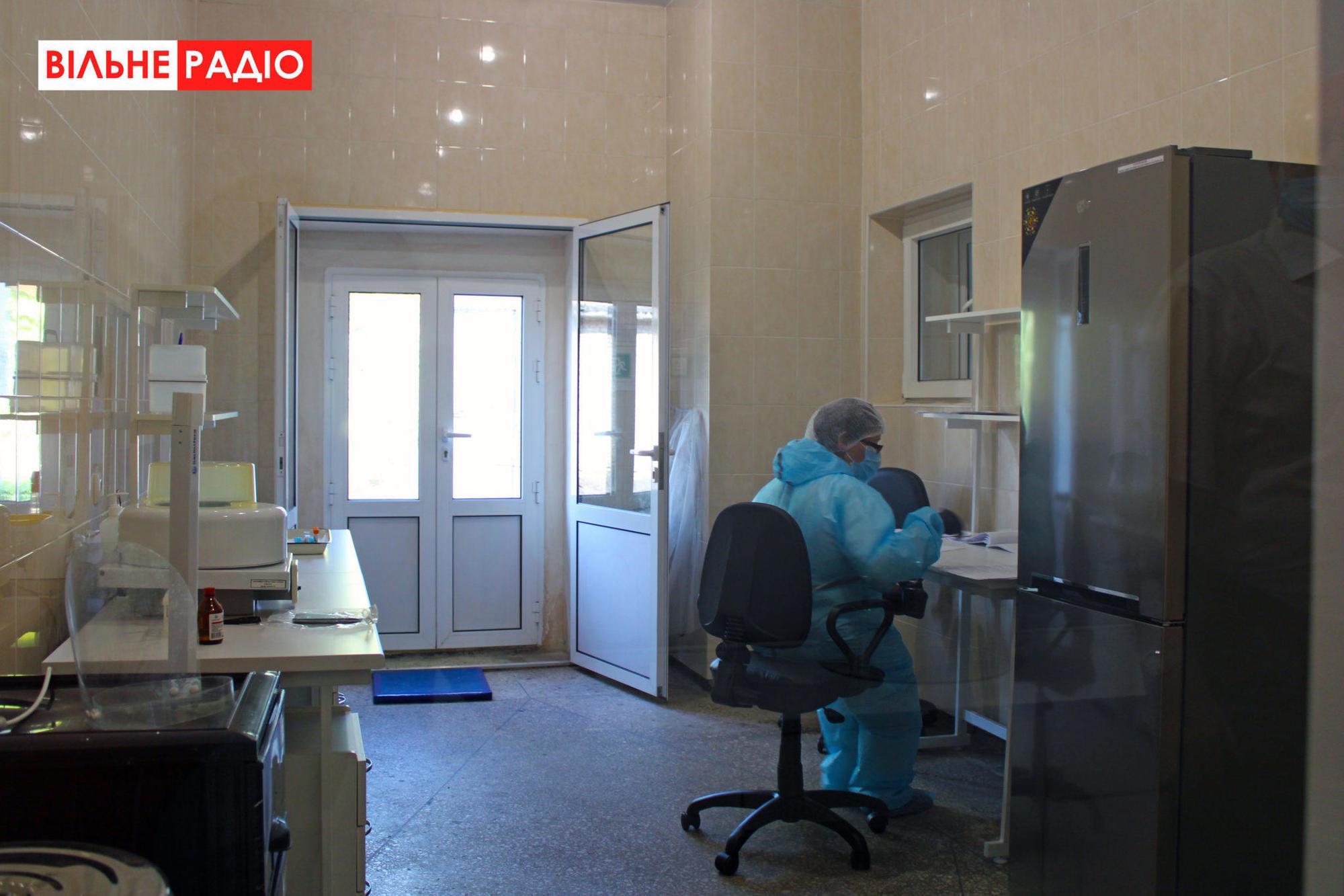 Еще учатся: В новой ПЦР-лаборатории Торецка проверЕще учатся: В новой ПЦР-лаборатории Торецка проверяют по 20 человек в день (ФОТО)яют по 20 человек в день (ФОТО)