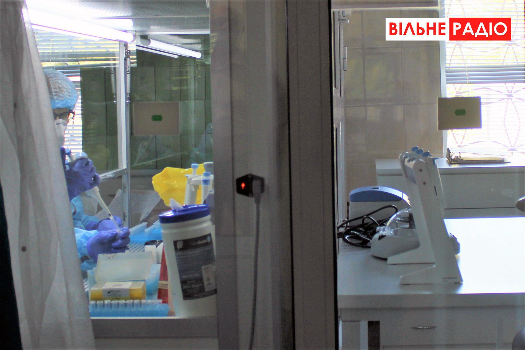 Ще вчаться: В новій ПЛР-лабораторії Торецька перевіряють по 20 людей на день (ФОТО)