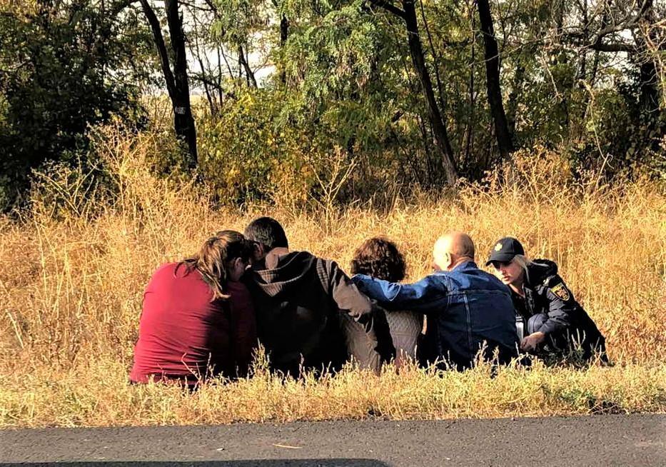 родственники погибших обочина сидят на траве ГСЧС