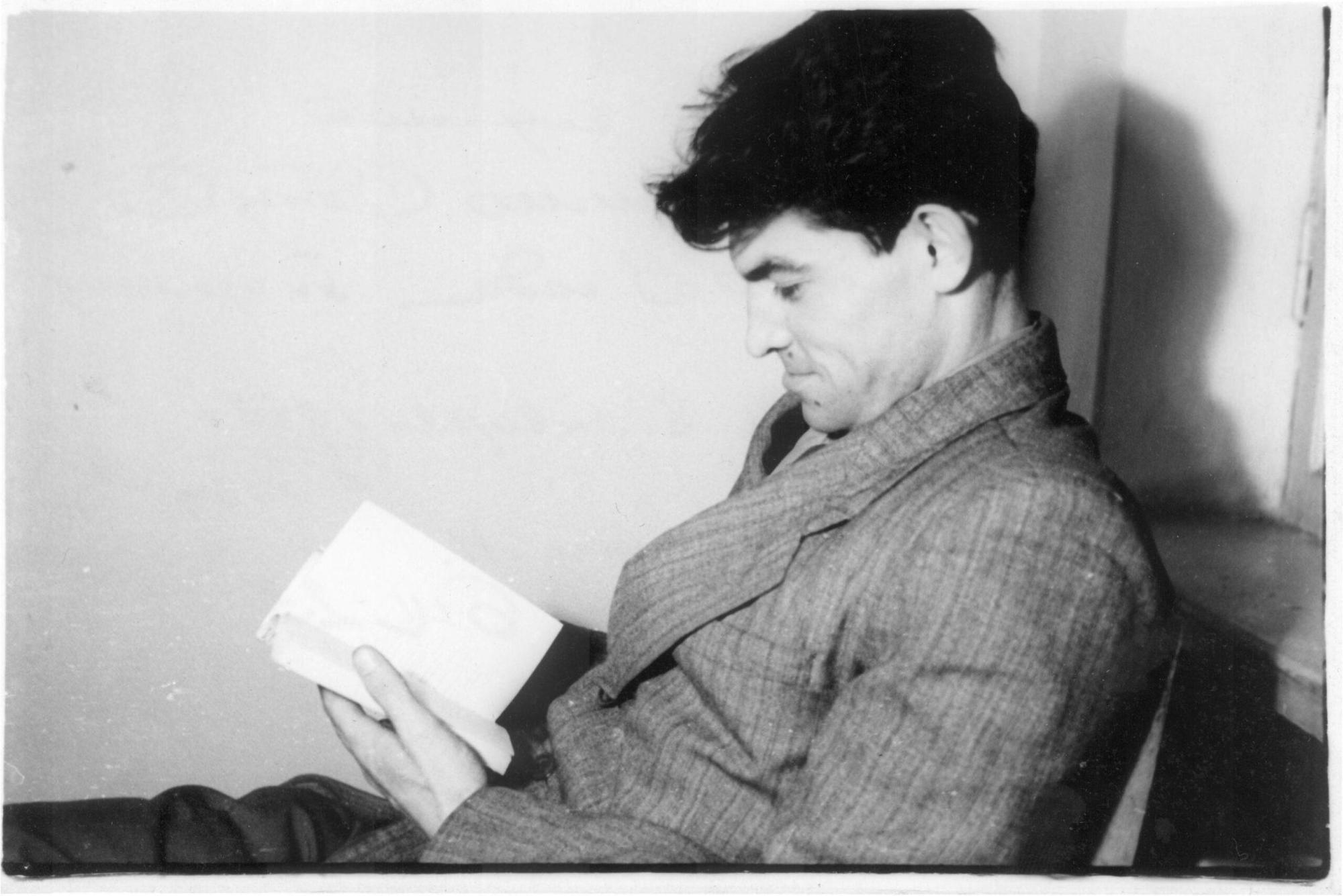 Василь Стус читає книгу