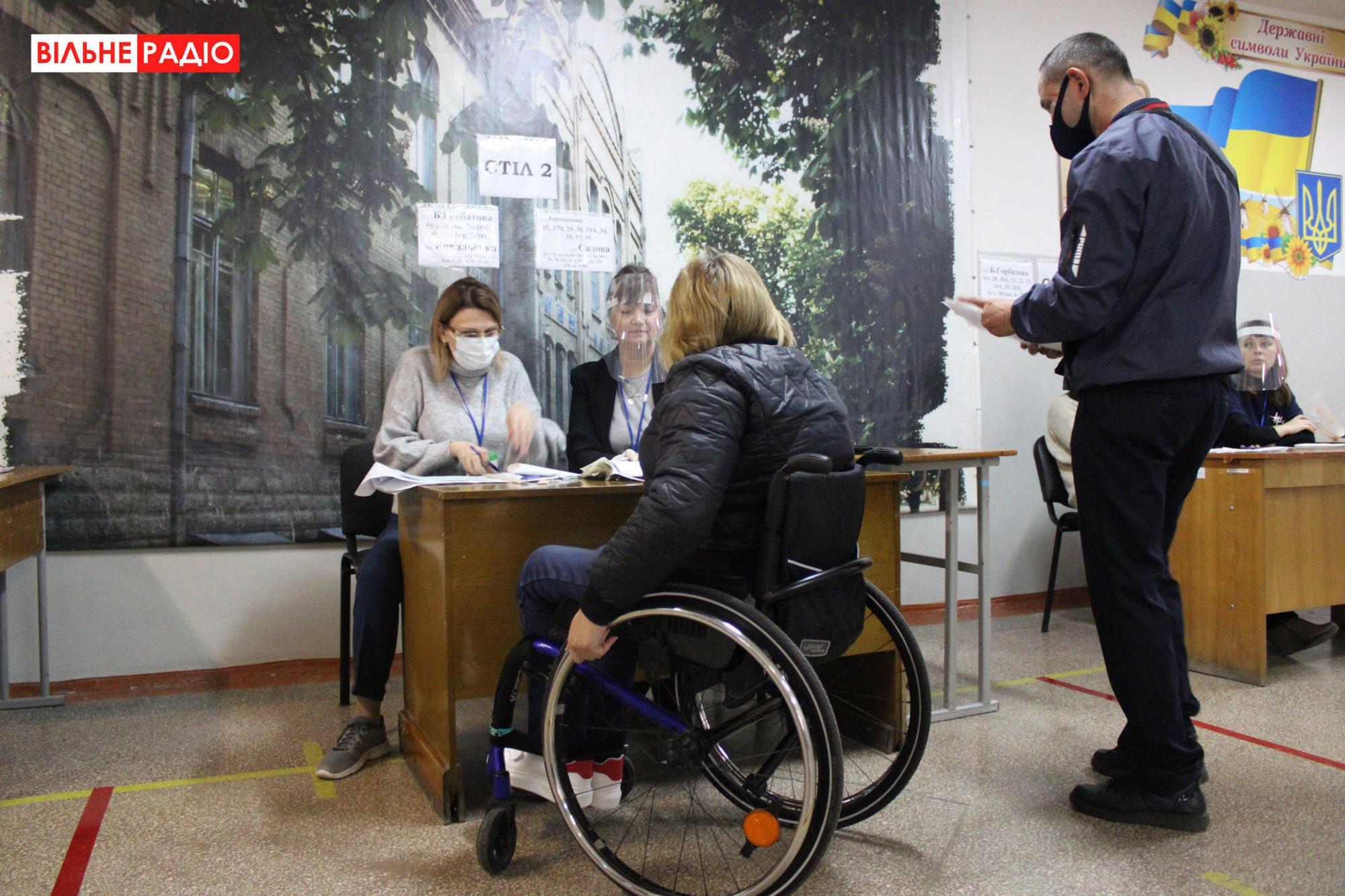 женщина с инвалидностью голосование