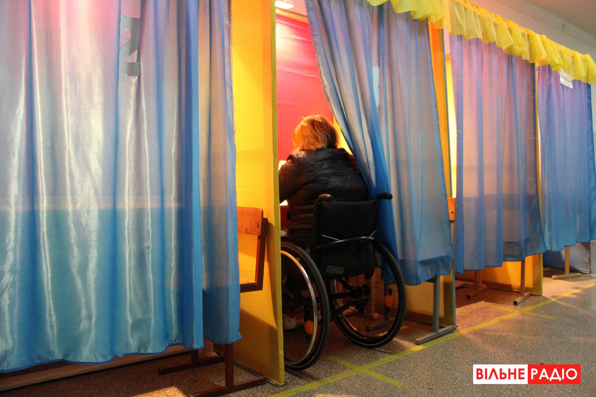 кабинка для голосования женщина с инвалидностью голосует