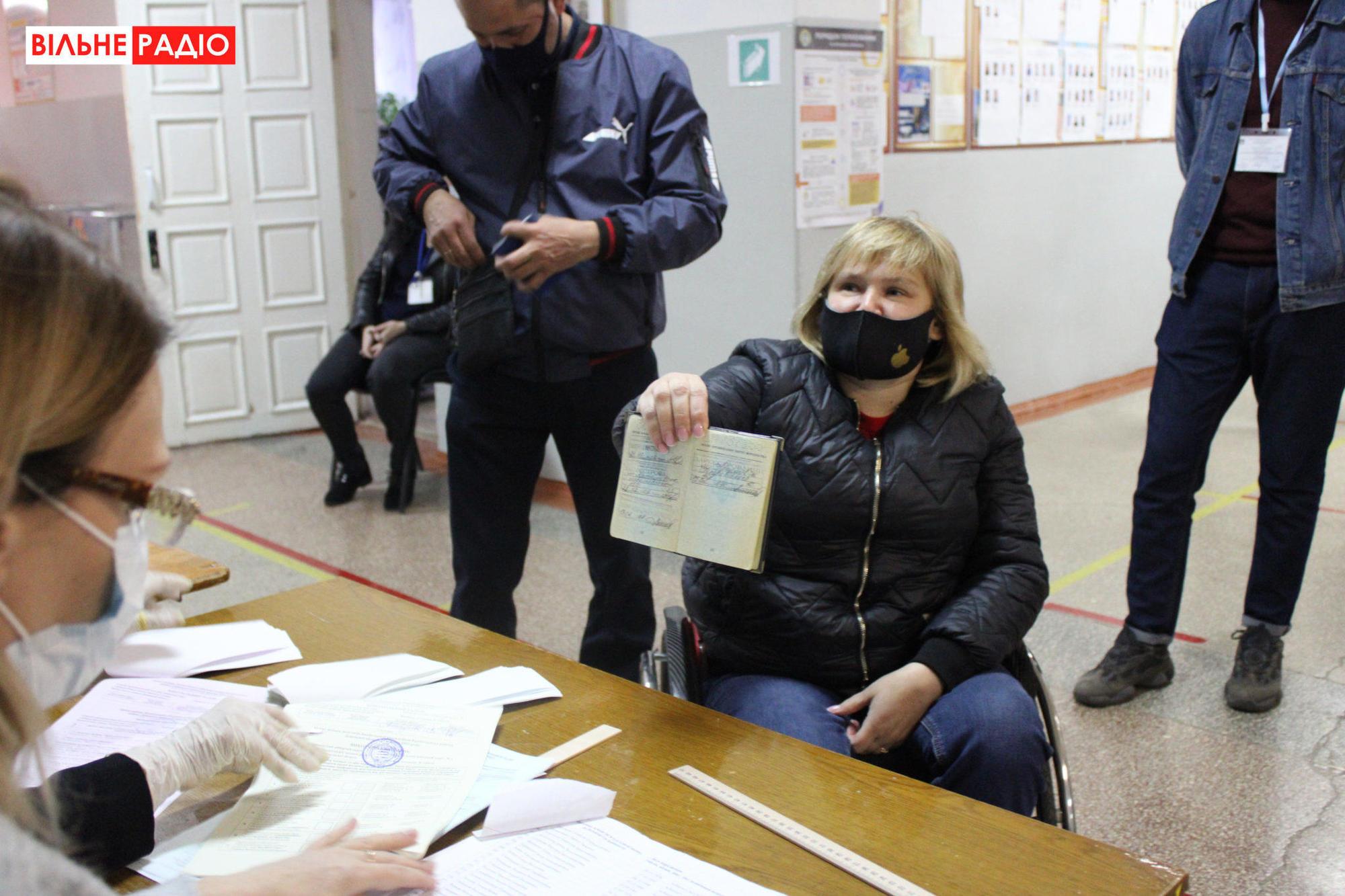голосование женщина с инвалидностью украинский паспорт избирательный участок