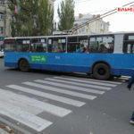 """Переходи на """"зеленый"""": в Бахмуте на коммунальных троллейбусах наклеили скрытую агитацию (ФОТО)"""