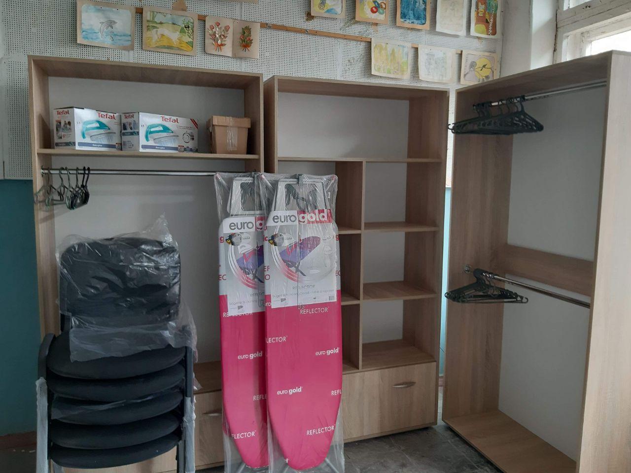 Соціальна шафа: в Соледарській школі з'явився контейнер для збору речей для потребуючих (ФОТО)