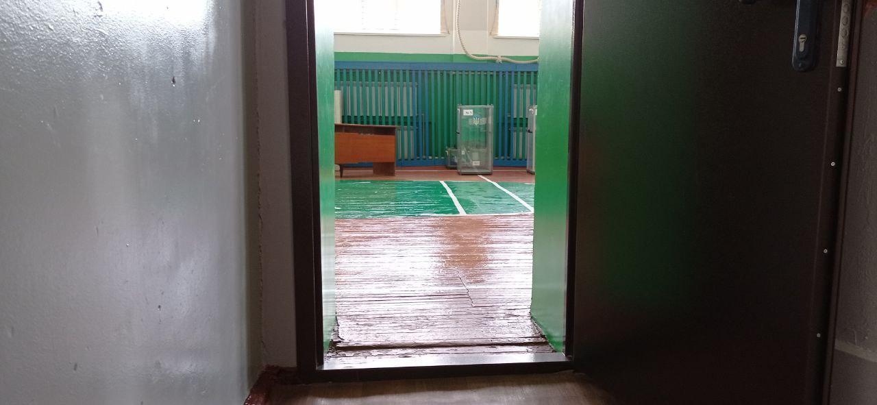 вузький двірний отвір спортзал сільська школа двк