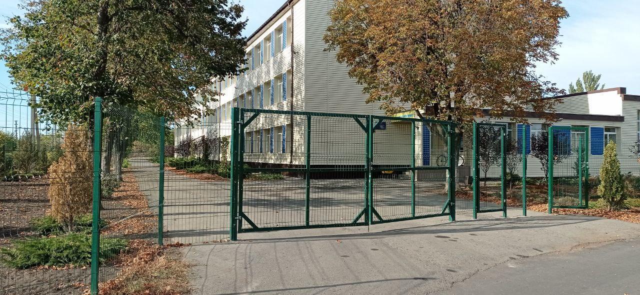 сучасні ворота шкільна територія Часів-Яр школа 17