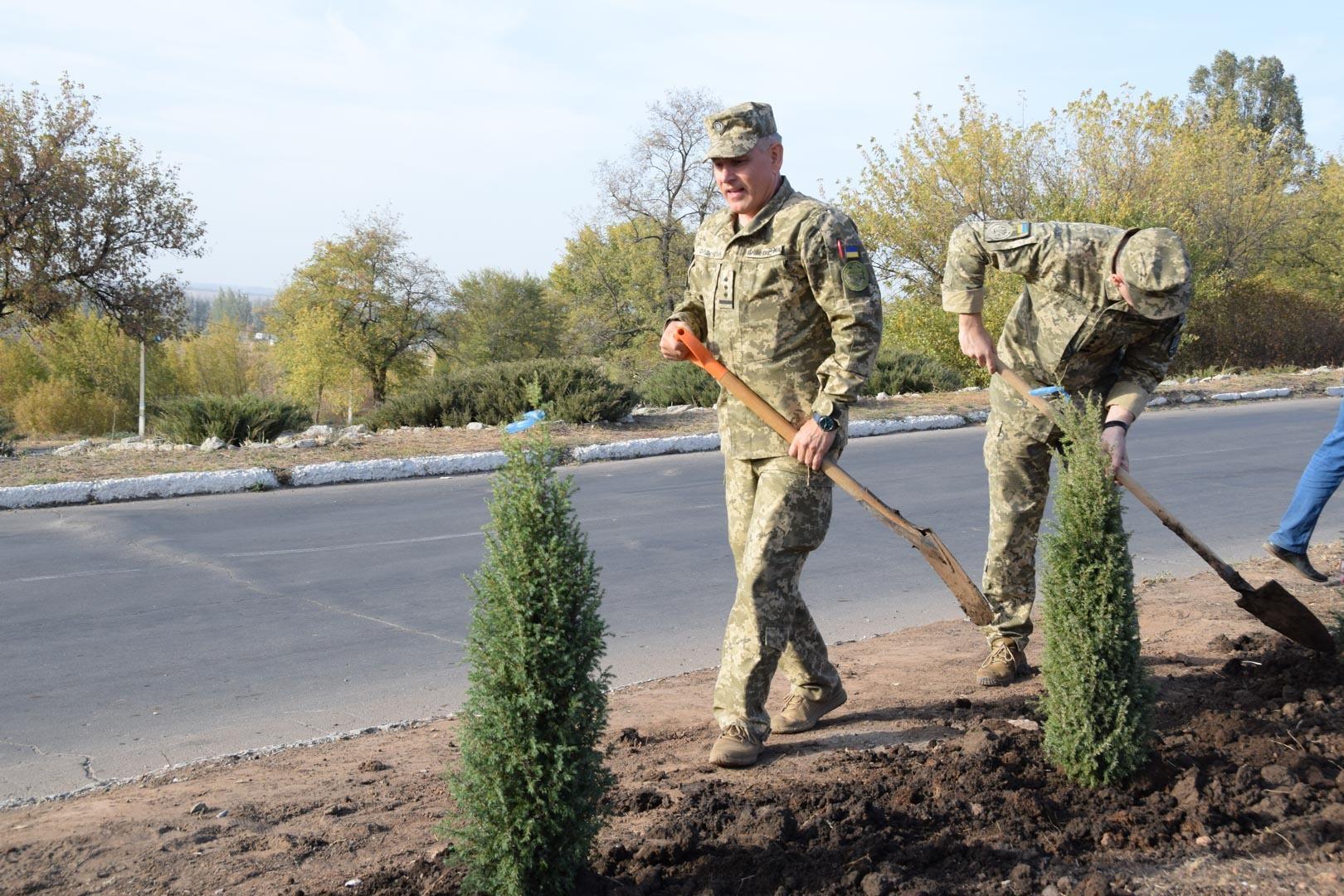 саджають дерева Соледар війьскові Чугуїв пілоти День захисника України