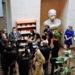 """""""Запрещенный"""" Стус на Луганщине: Львов подарил книги для библиотек и школ востока"""