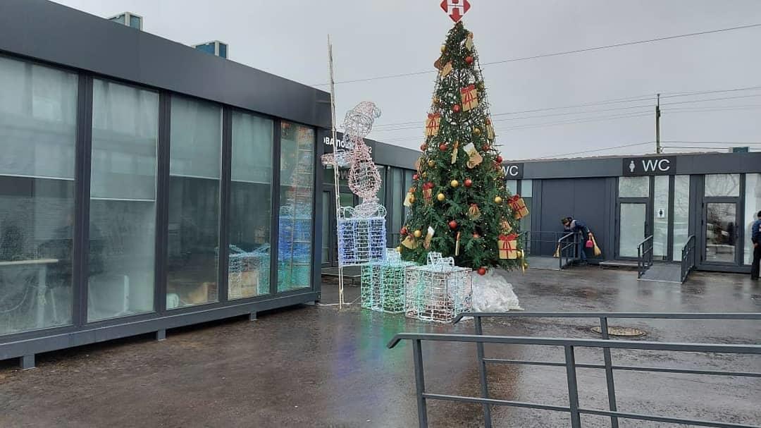 Різдвяна ялинка перед сервісним центром у Новотроїцькому на Донеччині