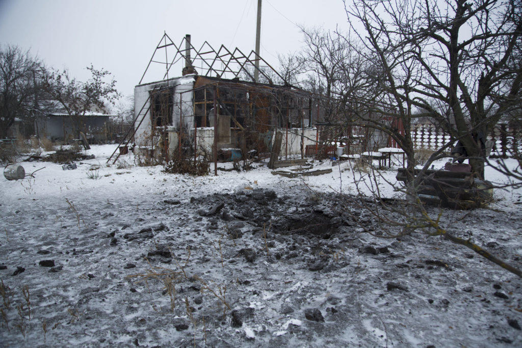 Боевики обстреляли жилой квартал на Донбассе. 120 мм мина упала во дворе дома