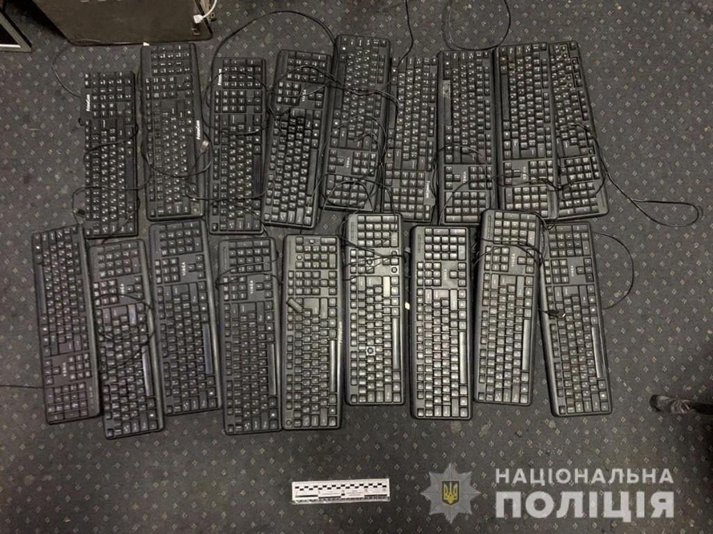Вилучені клавіатури у нелегальних гральних закладах Донеччини