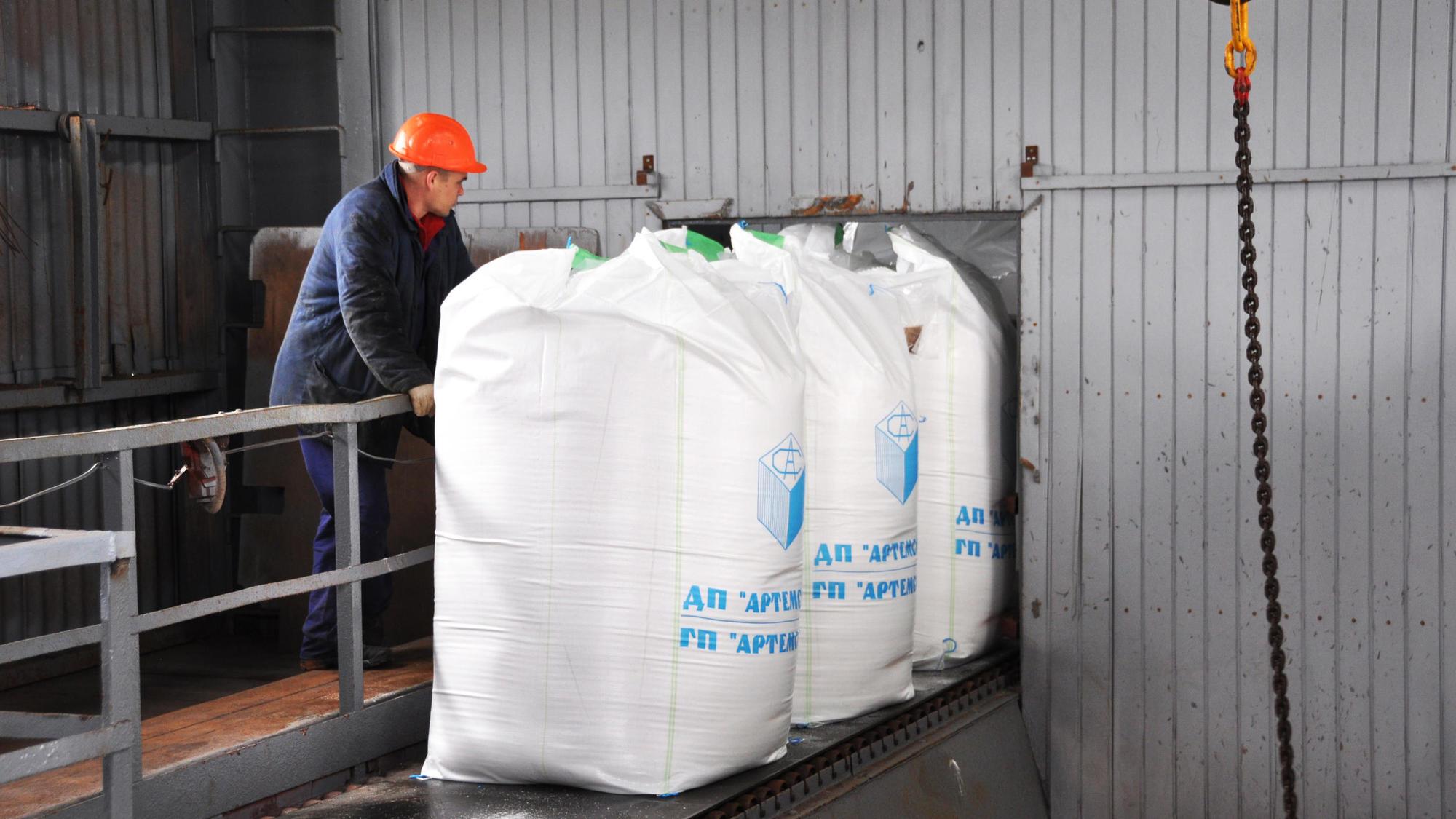 робочий навантажує в мішки сіль на соляному підприємстві Соледару