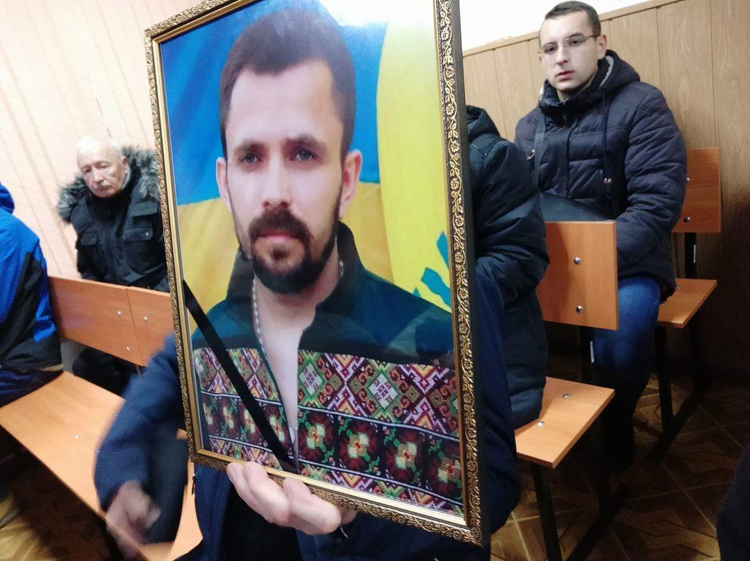Портрет Артема Мирошниченка на суді над підозрюваними в його вбивстві