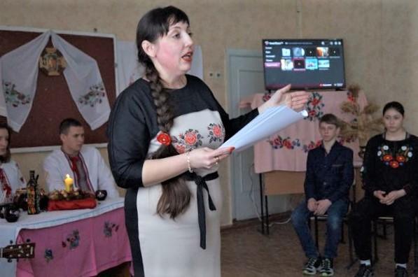 преподаватель ДВУОР в Бахмуте Оксана Петренко проводит внеклассное мероприятие
