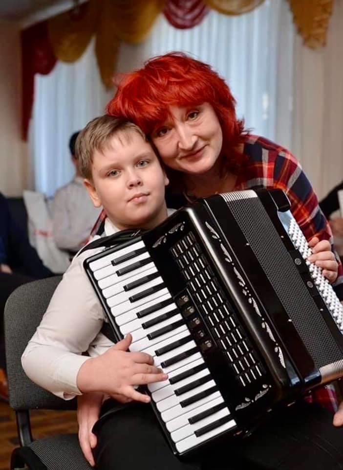 викладачка музики Наталія Дорофеєва та Іван Гомольський у Часів Ярі