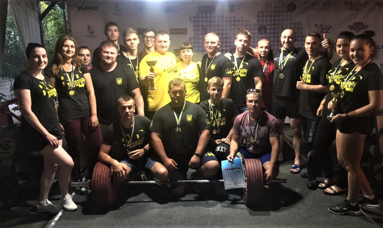 команда бахмутских пауэрлифтеров с тренерами Александром и Оксаной Петренко после соревнований