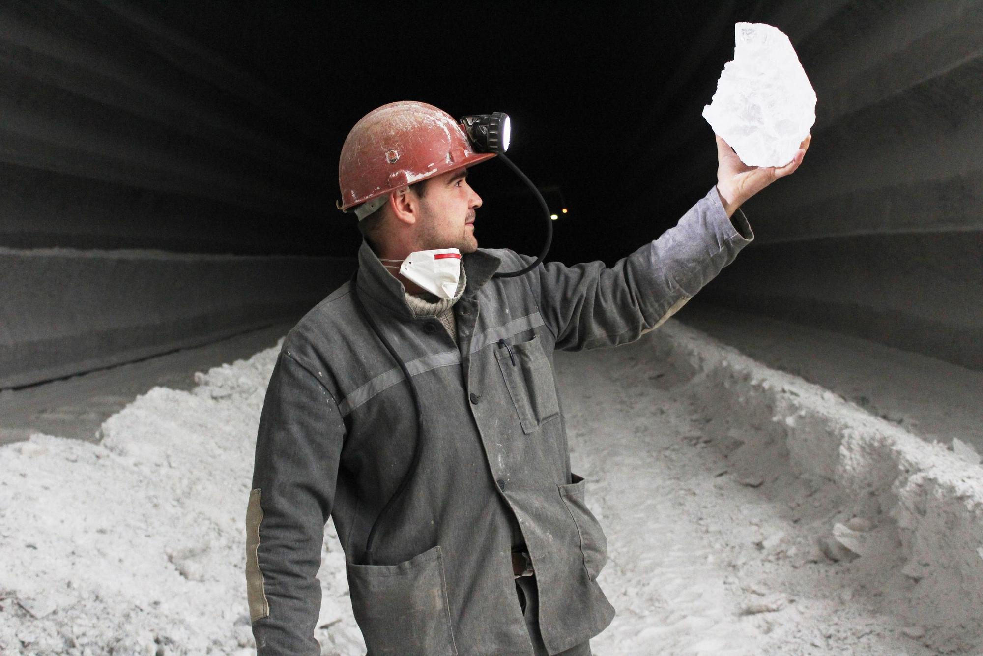 шахтар в соляній шахті Соледару з кристалом солі