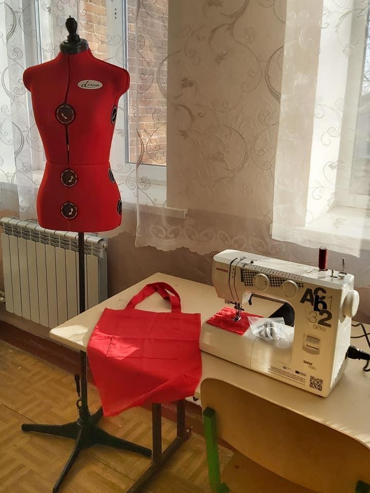 Будут учиться и зарабатывать: в северской школе обустроили швейную мастерскую