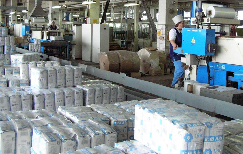сотрудники ГП артемсоль в Соледаре фасуют продукцию