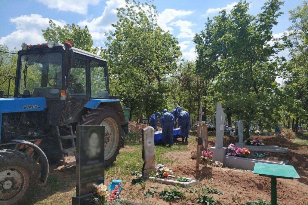 поховання людини з коронаві