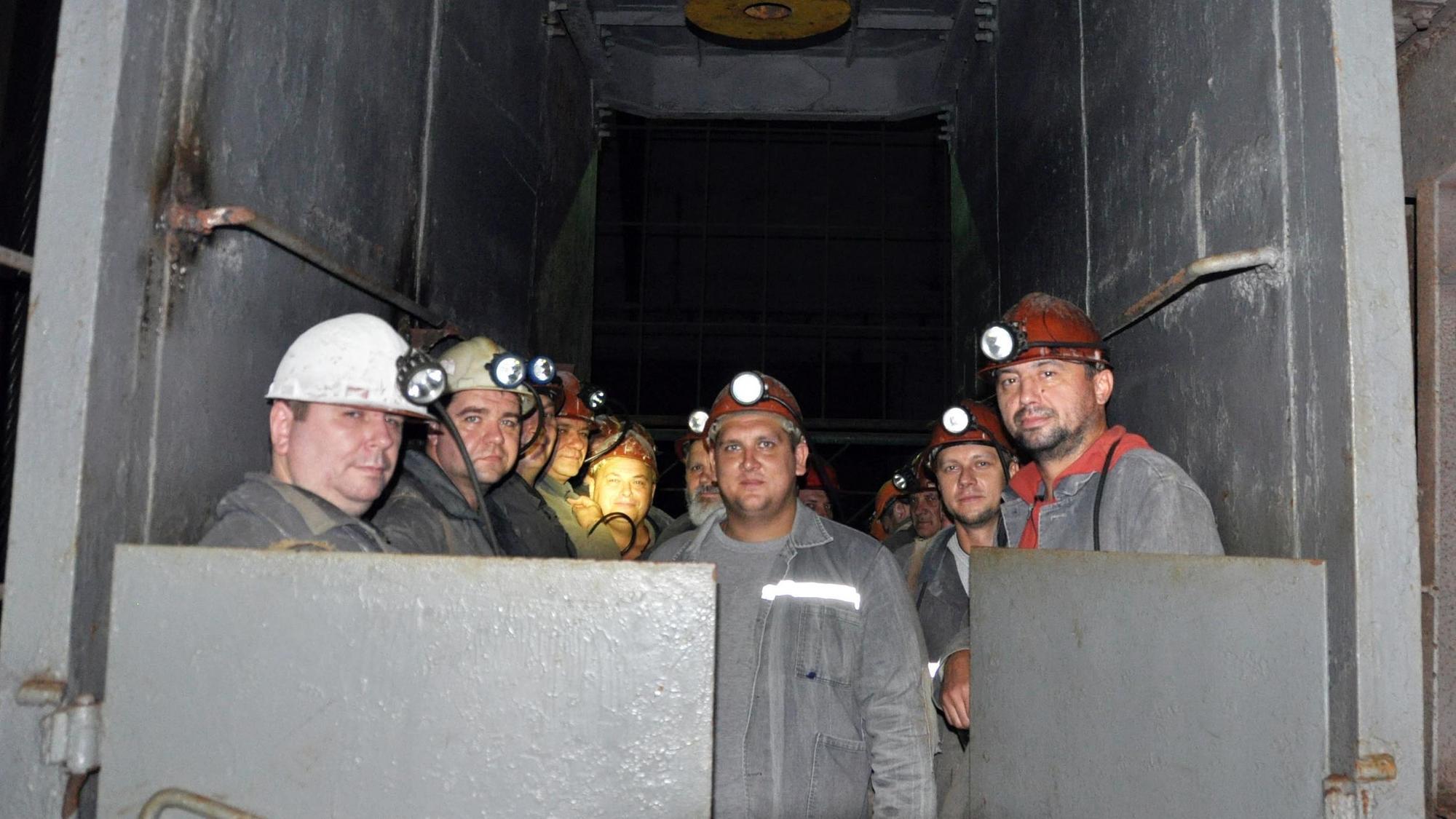 шахтеры спускаются в соляную шахту в Соледаре