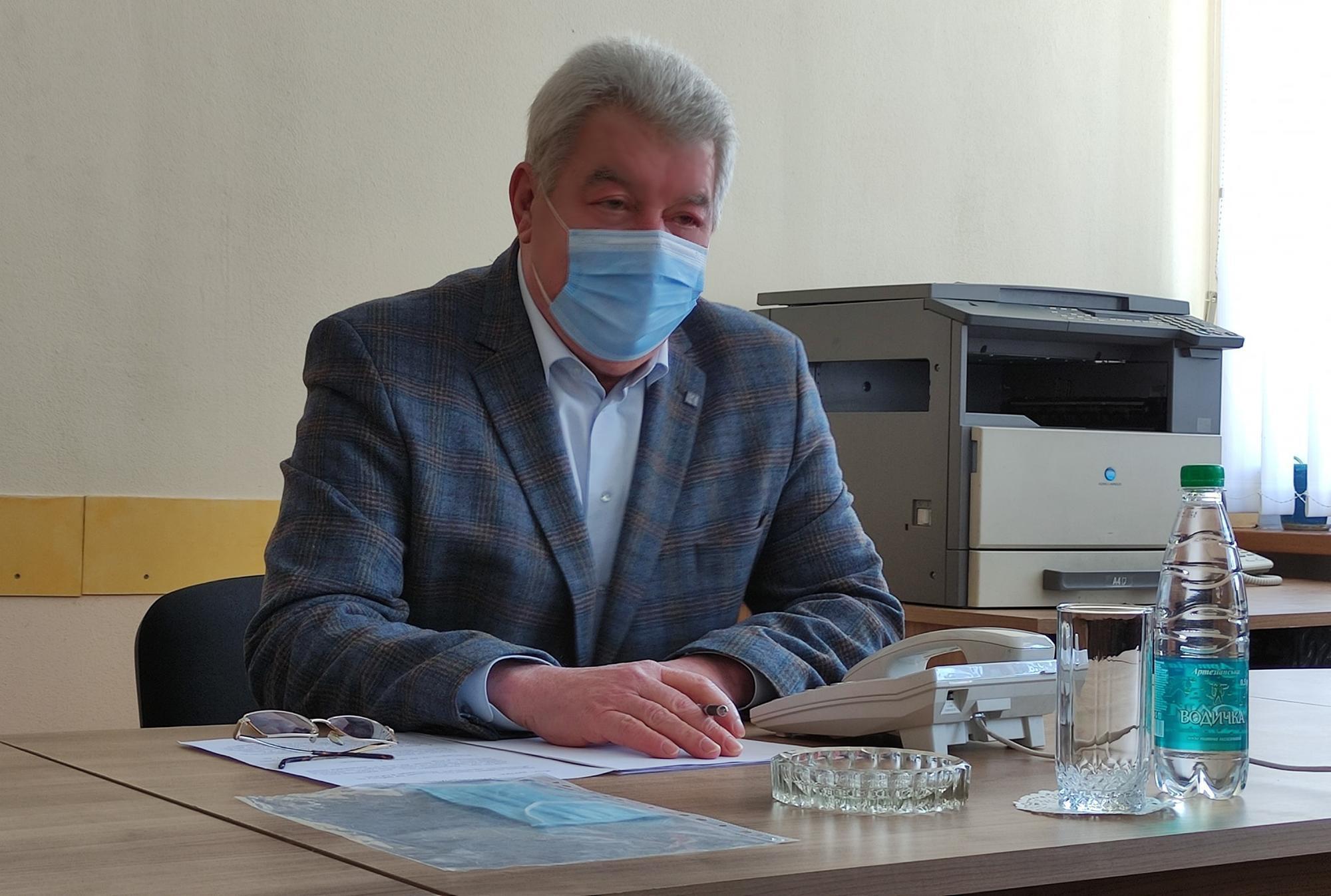 Бахмутський голова Олексій Рева на одних фото у масці, а на інших - без