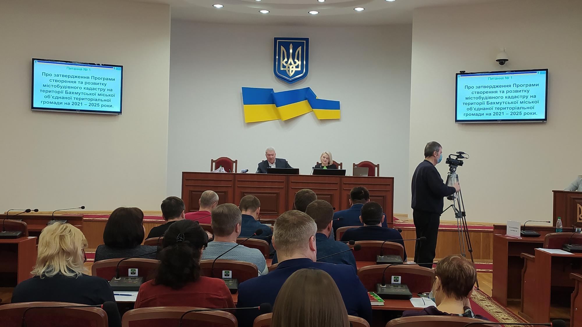 Мэр Бахмута Алексей Рева и секретарь горсовета Анастасия Касперская на сессии без масок
