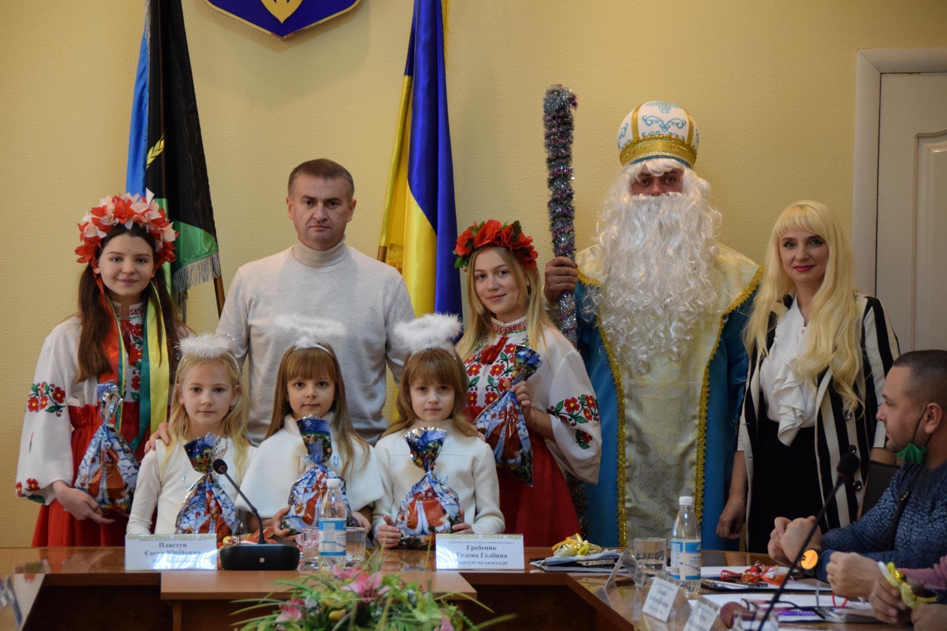 Мэр Соледара Евгений Пластун и другие депутаты позируют для фото без масок