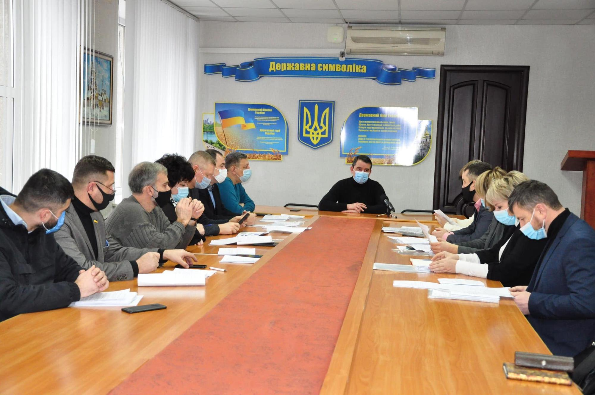 Депутаты Славянского горсовета и глава города Вадим Лях провели собрание в масках