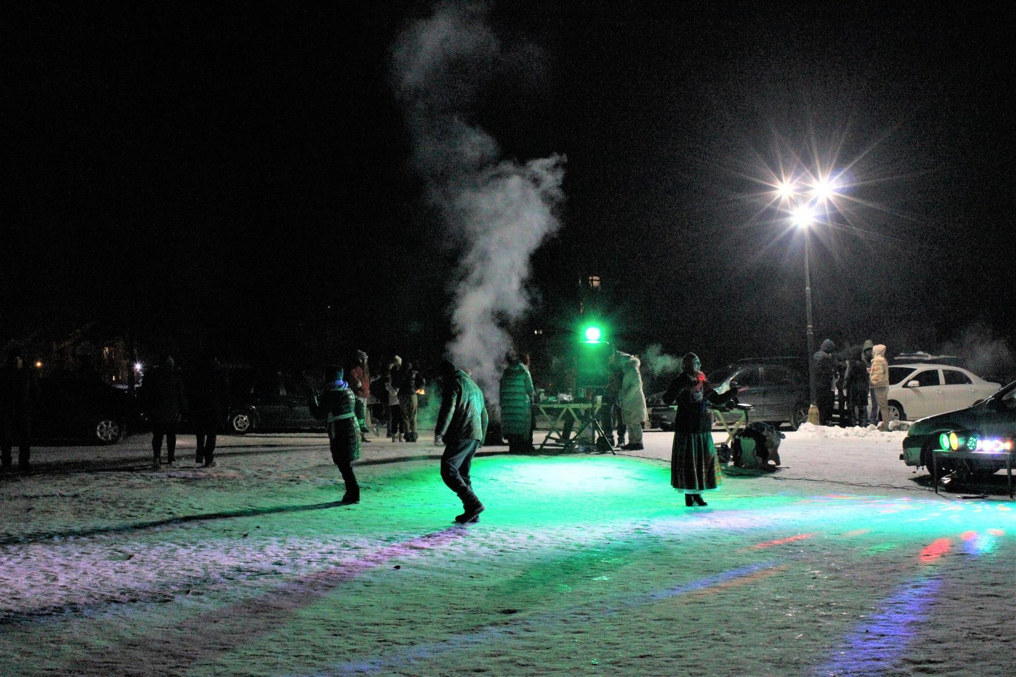 в Бахмуті люди святкують та танцюють на Водохреще