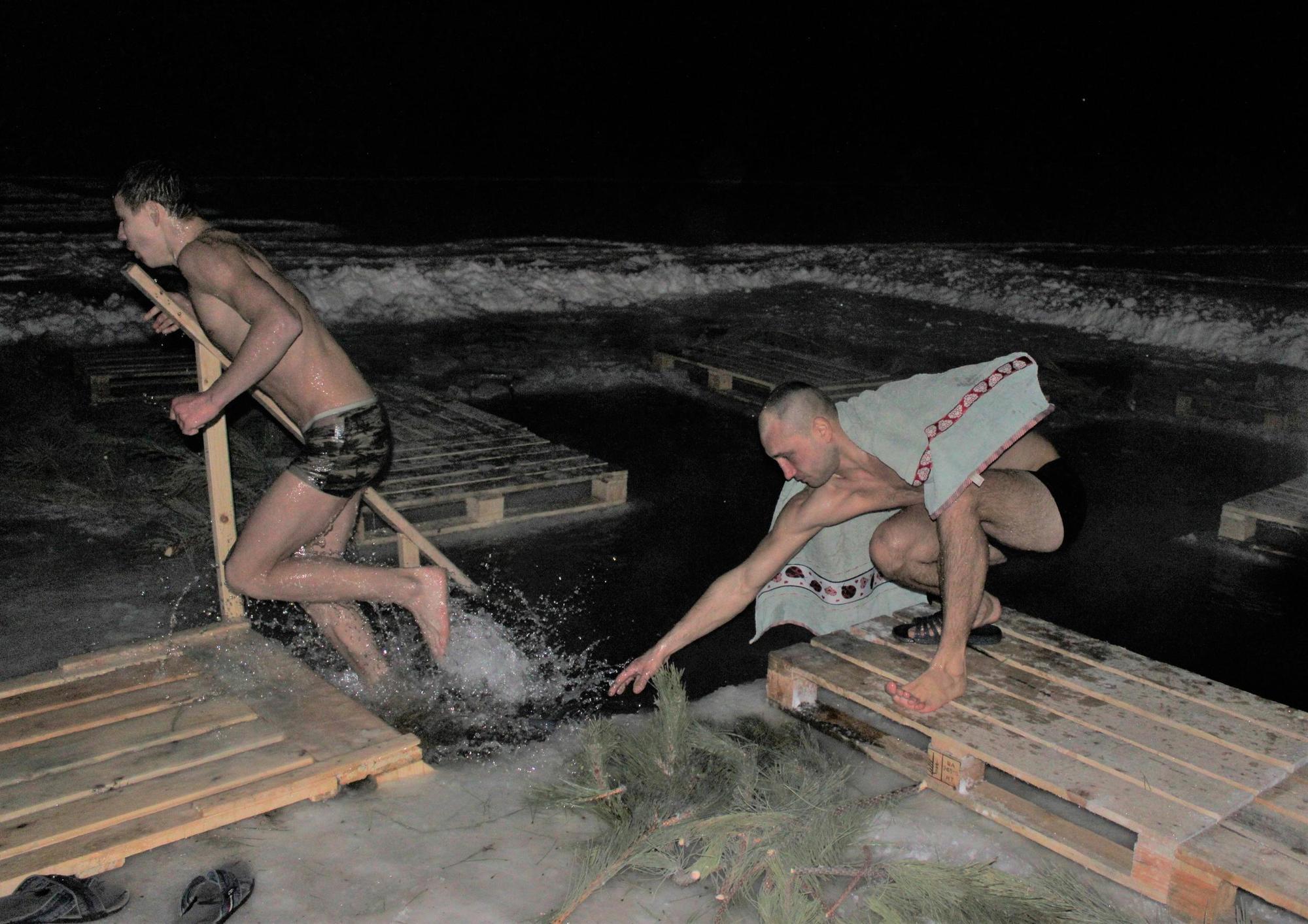 мешканці Бахмута занурюються в ополонку на Водохреще