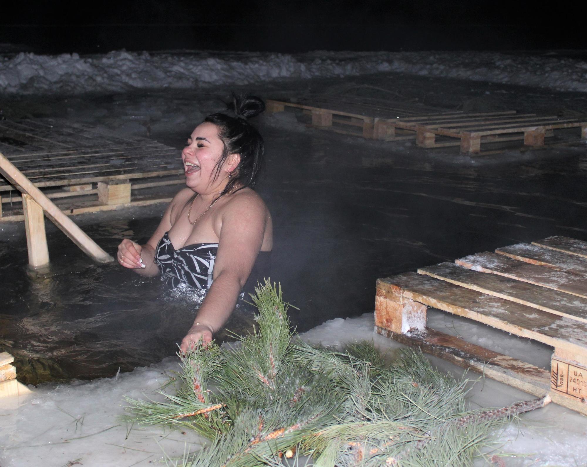 жінка занурюється в йордань на Донеччині