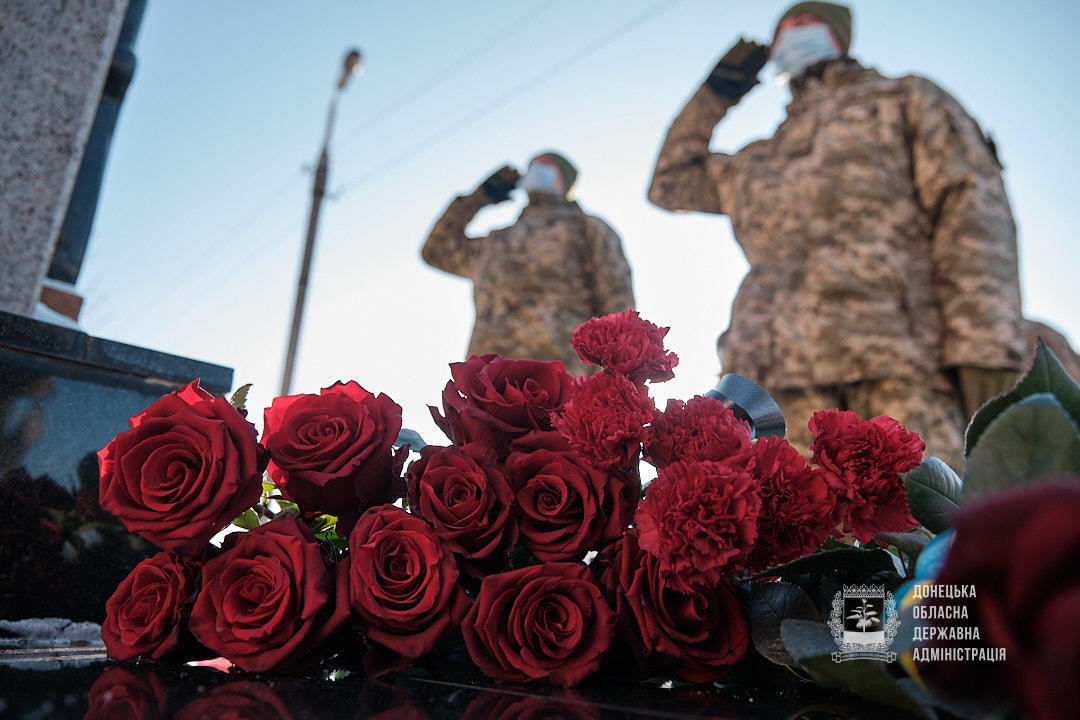 військові поклали квіти до пам'ятника захисникам України в Краматорську