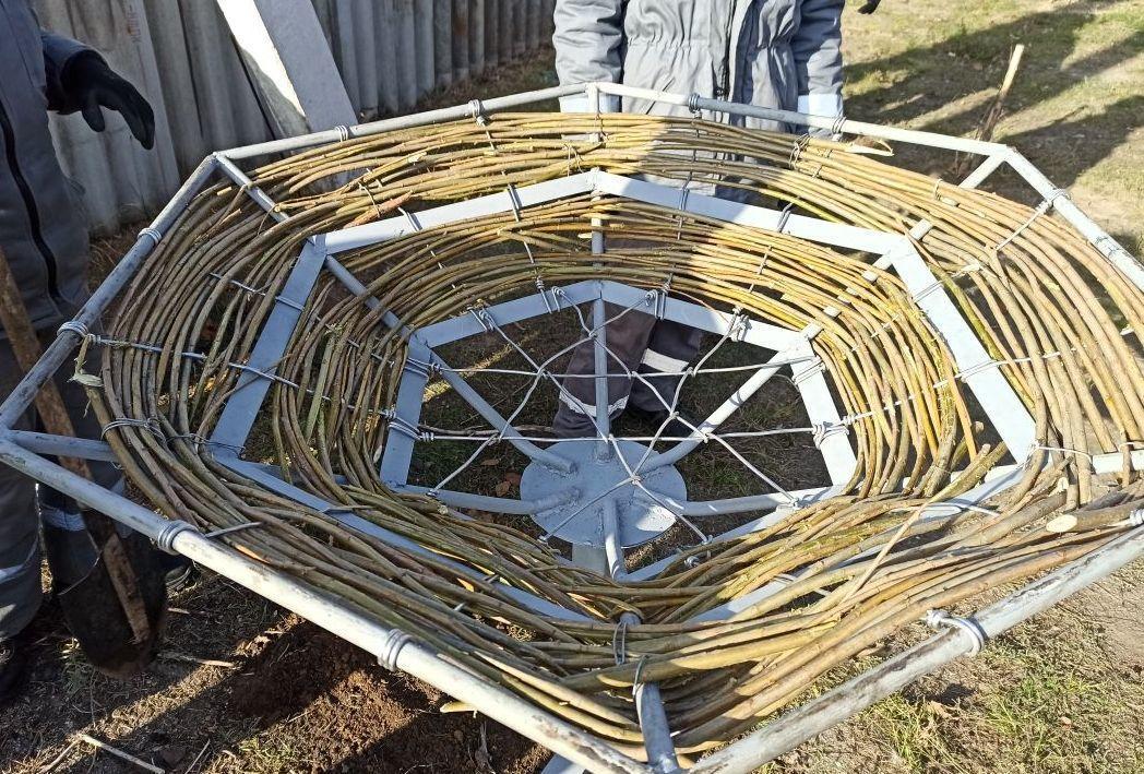 искусственная платформа под гнездом аиста в Донецкой области