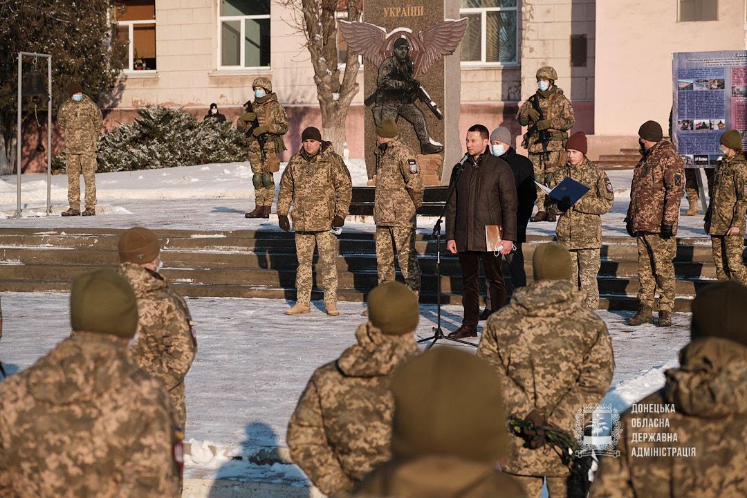 Павло Кириленко вшановує пам'ять кіборгів ДАПу у Краматорську