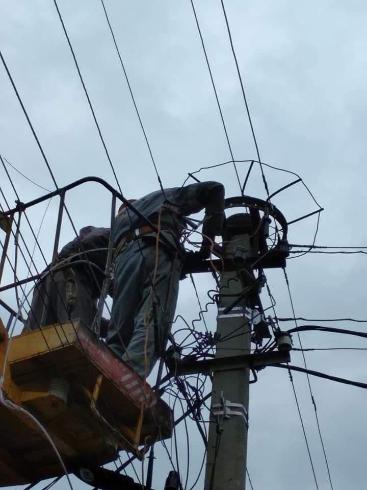 в Никифоровке сотрудники ДТЭК прикрепляют спецплатформу под гнездо аиста