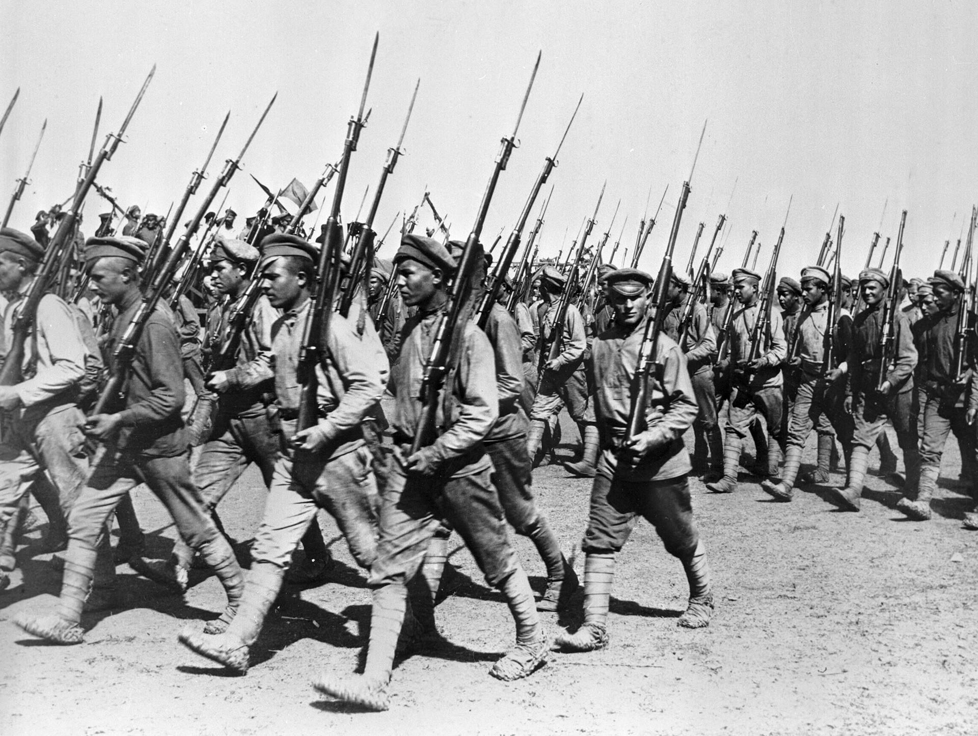 День Советской армии, который уже несколько лет не празднуют в Украине