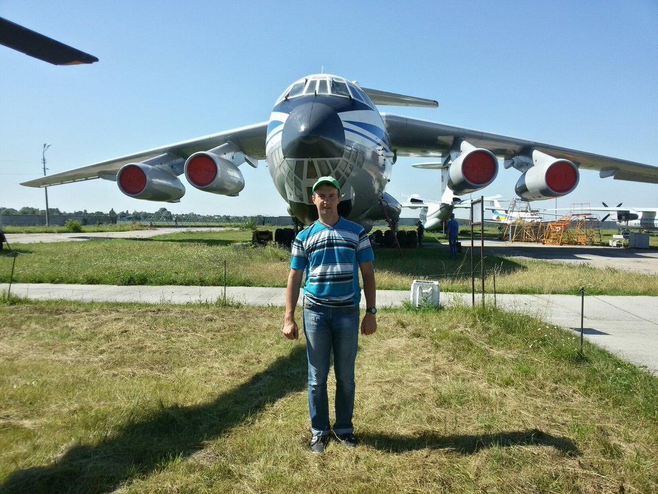 Павел Лобов учит детей делать модели самолетов в Славянске