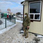 """На """"Станиці Луганській"""" залишилась ночувати родина, яка прямує на похорон до батька в ОРЛО"""